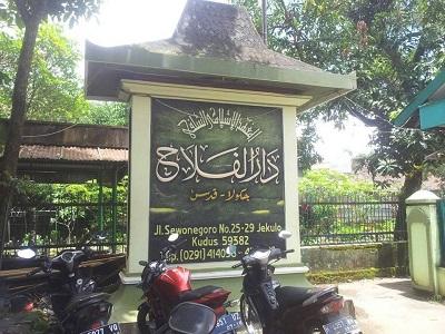 Wisata Ziarah dan Berdoa di Makam KH. Ahmad Basyir Kudus